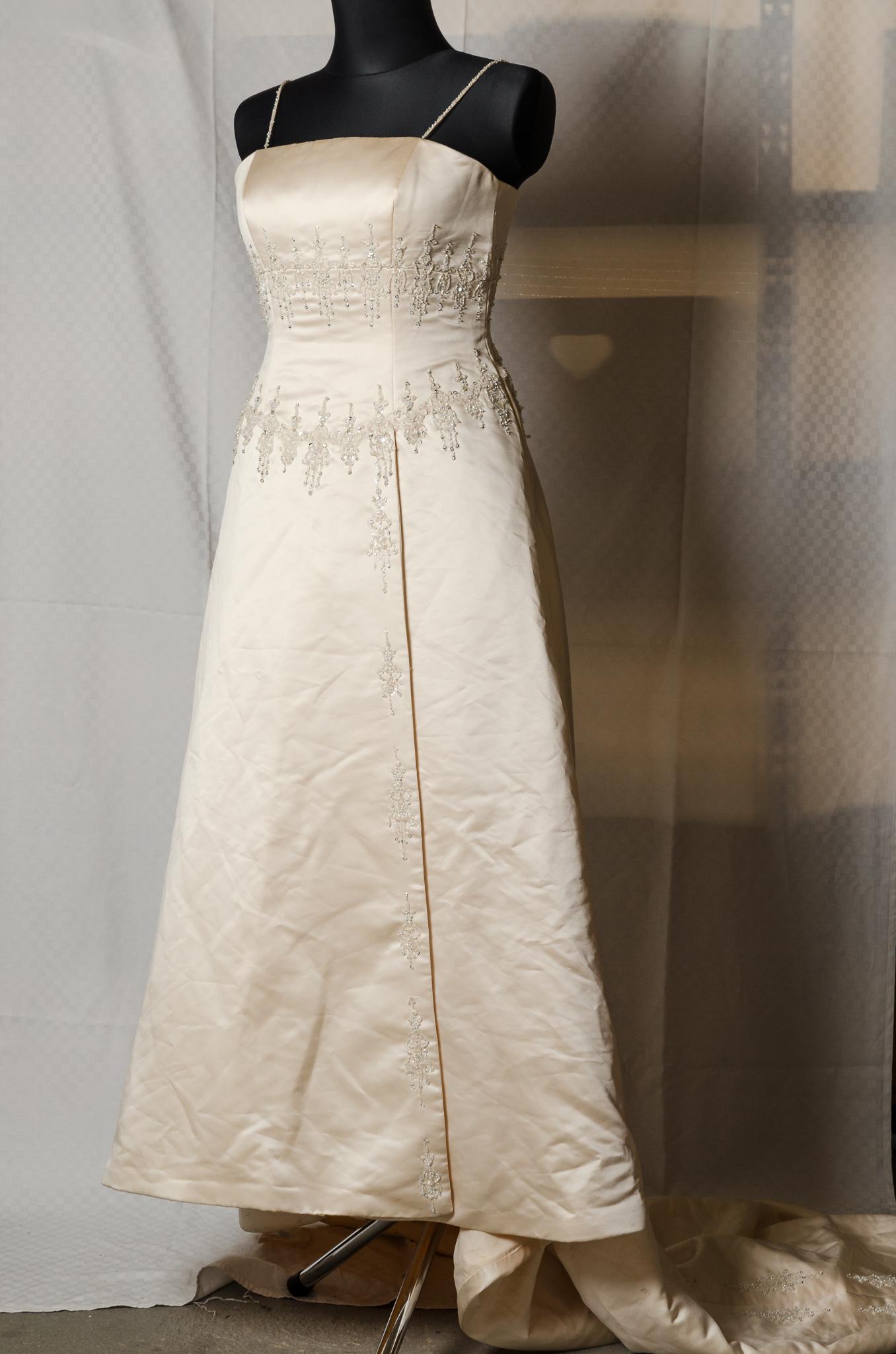 Béžové svatební šaty
